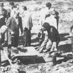 """Polaganje kamena temeljca na početku izgradnje ribogojilišta """"Ljuta"""" u Konjicu (u sredini prvi direktor ribogojilišta Salem Gačanin)."""