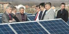 Premijer Nermin Nikšić na krovu Sportske dvorane u Kalesiji - Prva solarna elektrana u regionu