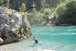 Ž7=#Prvi odmor je ovdje uz veliki kamen sa  kojeg turisti skaču  rijeku Taru#